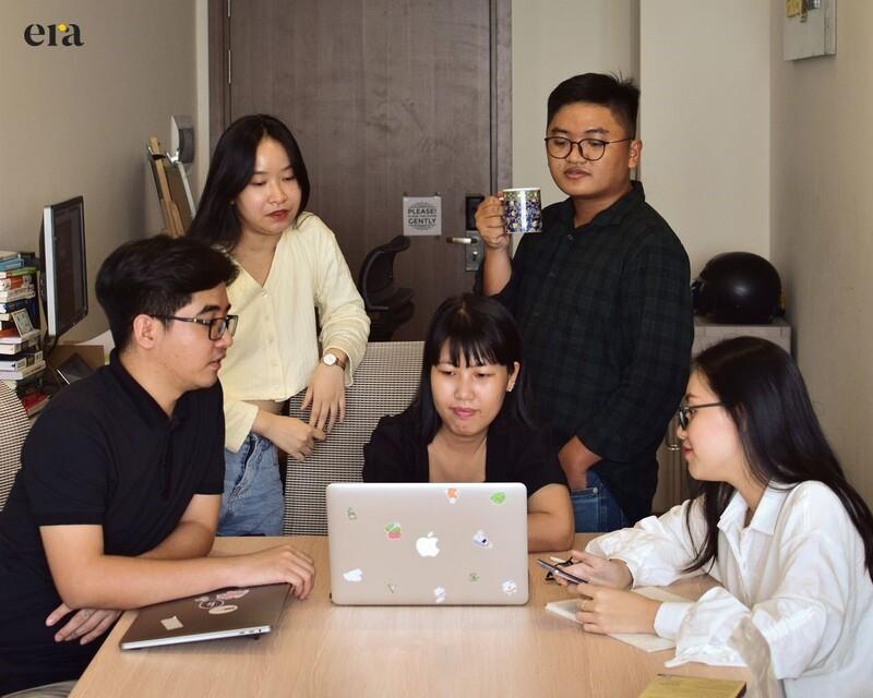 Cả team cùng review các dự án đang thực hiện với hai nhân sự chủ lực là Tính Dương (sơ mi ca rô) và Hương Uyên (sơ mi trắng)